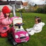 Uteleksaker med hjul till barnen