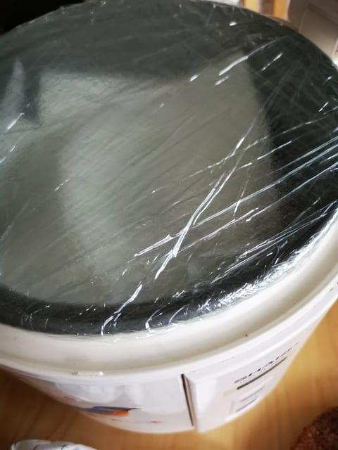 Jag plastade kastrullet för att hålla in fukten men också lukten... det där med lukten hjälpte ingenting mot....