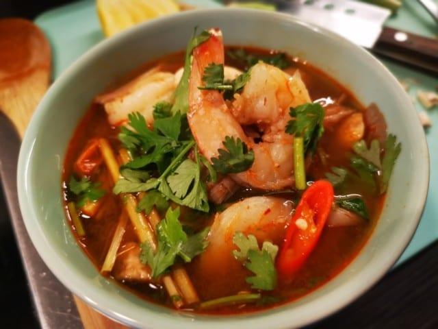 Tom yum goong – het & örtig räksoppa